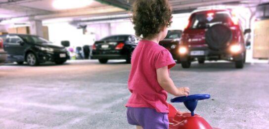 我が子をひき殺す事故,車の死角,車に轢かれて亡くなる子ども,軽自動車の死角,軽乗用車の死角