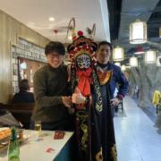 上海の料理店で楽しむ福田健児と市川直