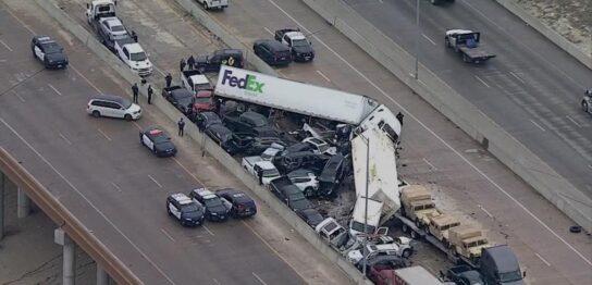 アメリカ南部テキサス州の高速道路で約130台絡む多重衝突事故
