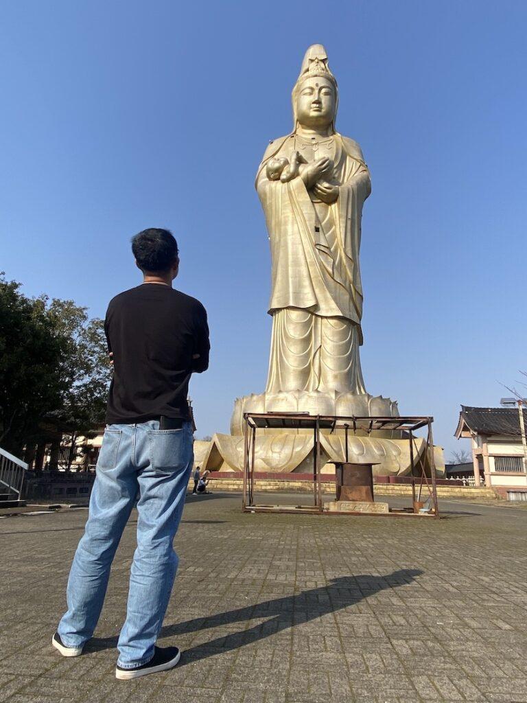 旧ユートピア加賀の郷、観音院加賀寺の大観音像を見上げる福田健児