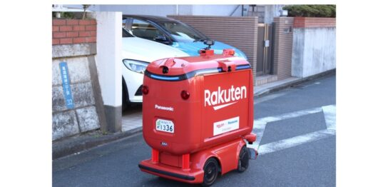 神奈川県横須賀市で公道走行実験をする楽天の自動配送ロボット(UGV)