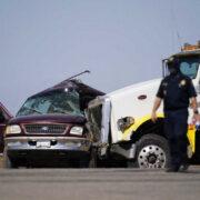米国で8人乗りのSUVに25人が乗車し、トレーラーと衝突して13人が死亡する事故が発生