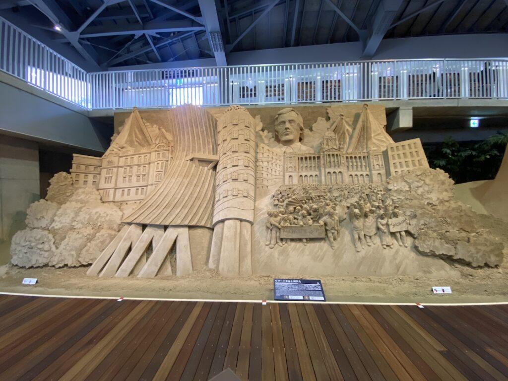 砂の美術館「チェコ&スロバキア編(Czechia&Slovakia)」ビロード革命と現代化(制作者:ヨーリス・キヴィッツ、ダン・ベルチャー)